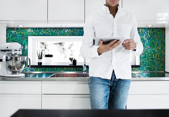 Kok Mosaik Inspiration : mosaik kok inspiration  Man i kok med glittrande gron mosaik fron